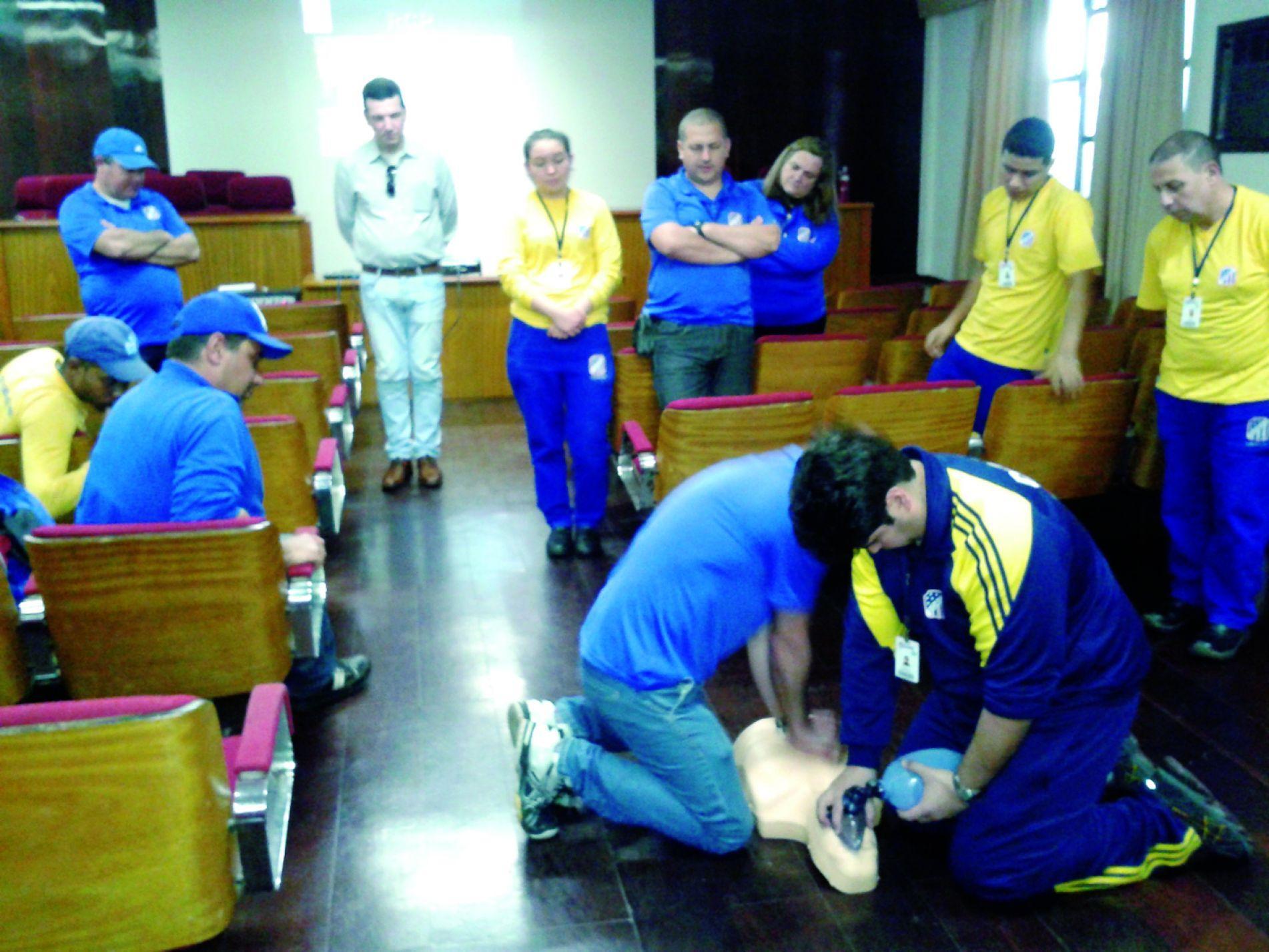 O treinamento em reanimação cardiopulmonar (RCP) ou reanimação cardiorrespiratória (RCR) fizeram parte da preparação dos novos cipeiros. À frente, à direita, o primeiro instrutor da academia a ser membro da CIPA, Fabrício Ribeiro.