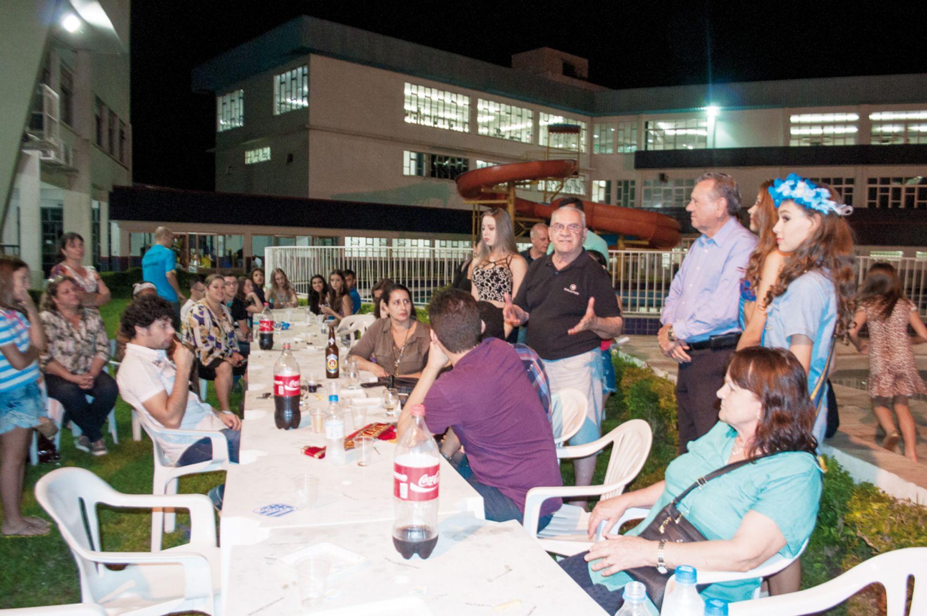 O vice-presidente Social, Cleber Ruviaro, conversa com os presentes, na confraternização pós-concurso. Foto: Guilherme Benaduce