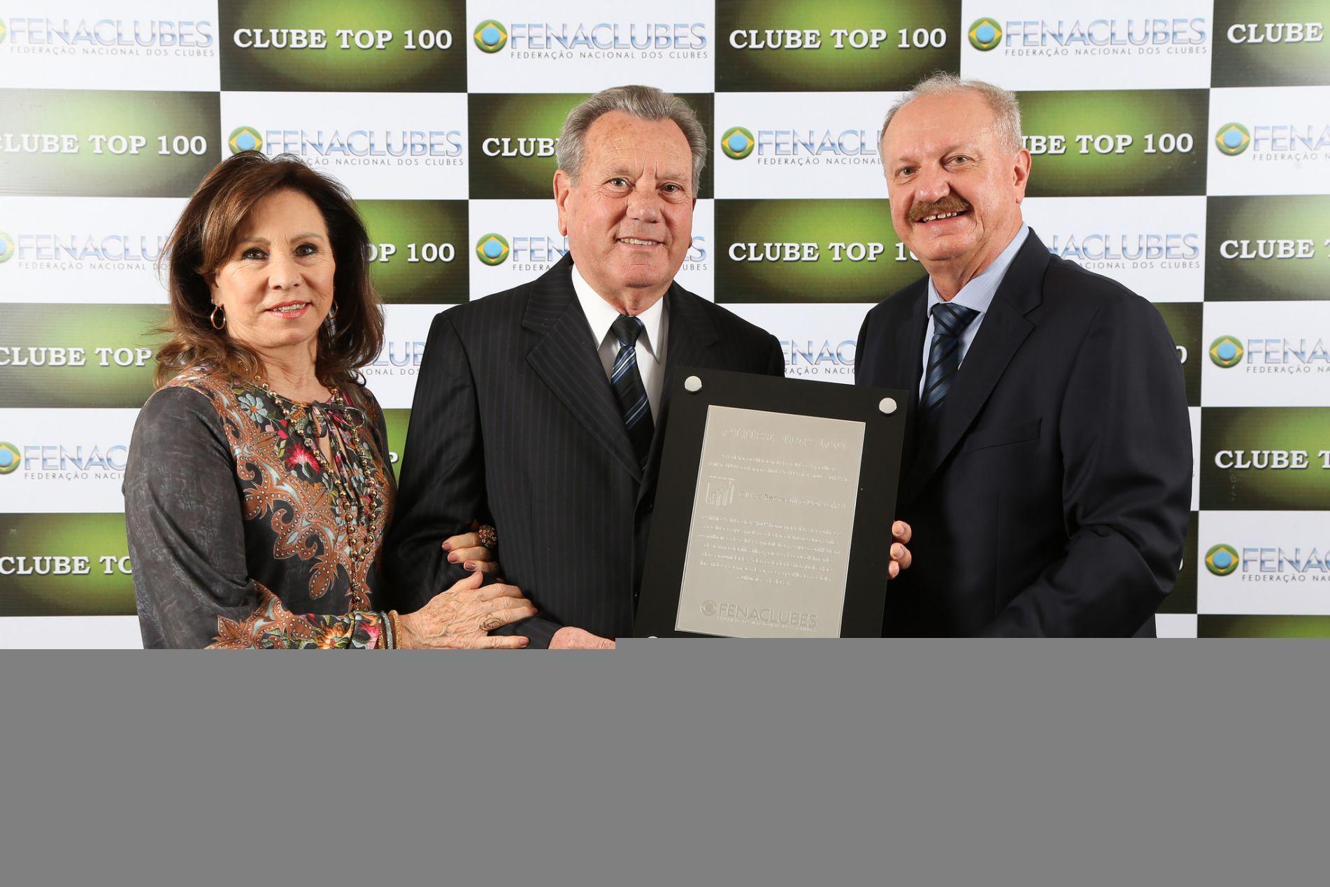 Os dorenses recebem a placa do Top 100 Clubes, do presidente da Fenaclubes, Arialdo Boscolo.