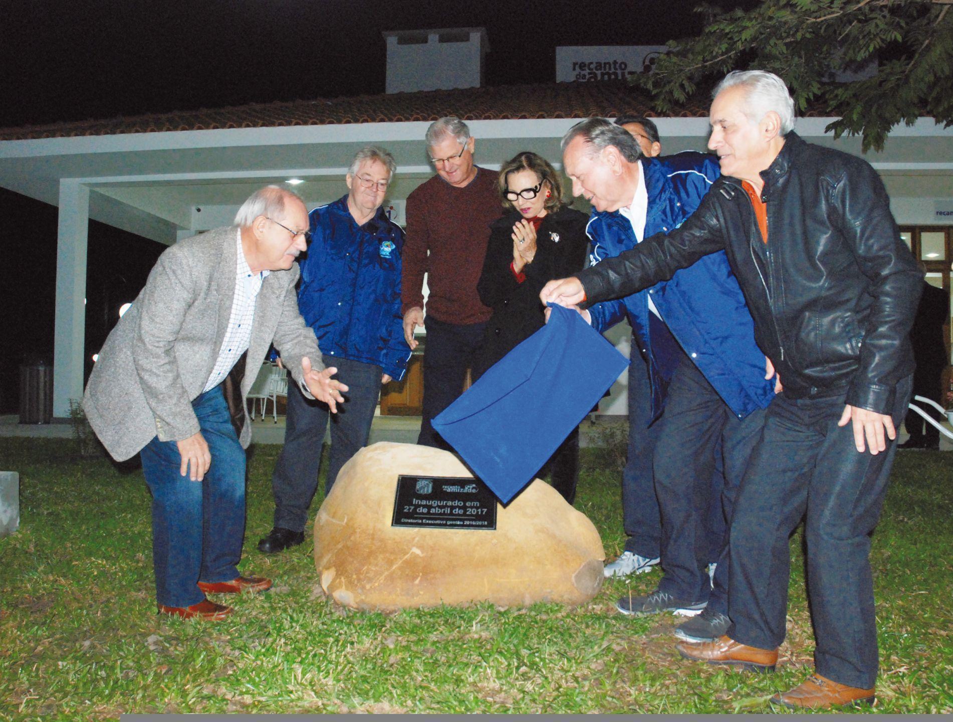 Momento em que é feito o lançamento oficial, com a inauguração da placa comemorativa