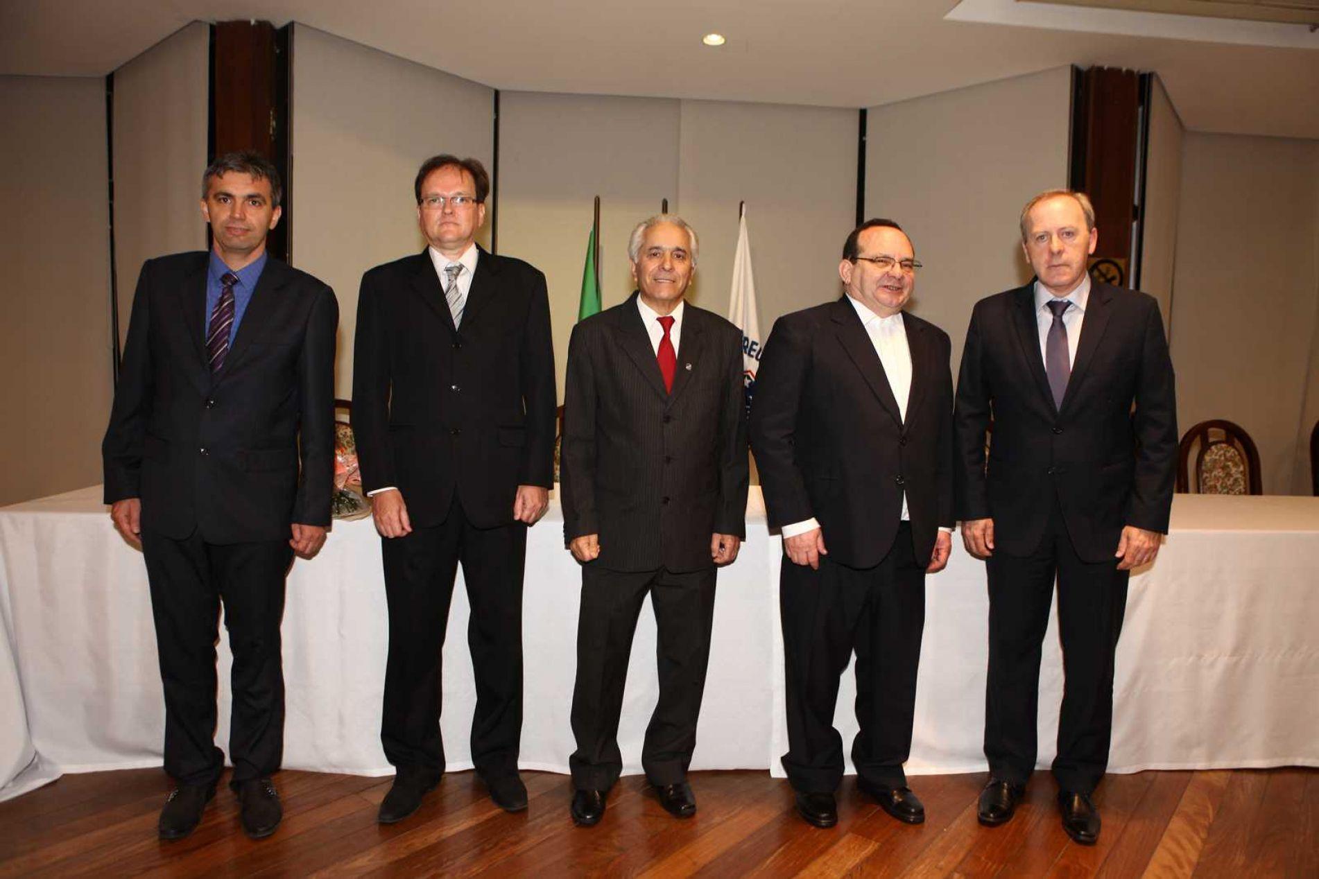 A nova diretoria, da esquerda para a direita: Michel Bevilaqua, 2o secretário; Gerson Taschetto, 1o secretário; Valnei Vieira, presidente; Júlio Cézar Copetti, vice-presidente; Régis Pozzobon, assessor jurídico.