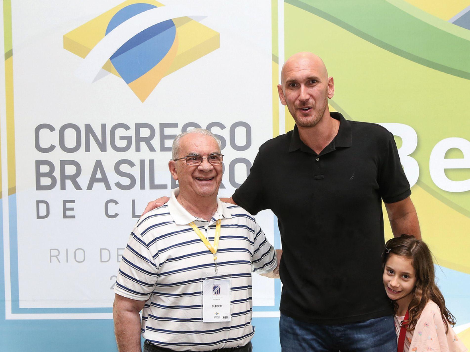 O vice-presidente Social dorense, Cleber Ruviaro, posa ao lado do ex-jogador de vôlei Nalbert. |Divulgação|