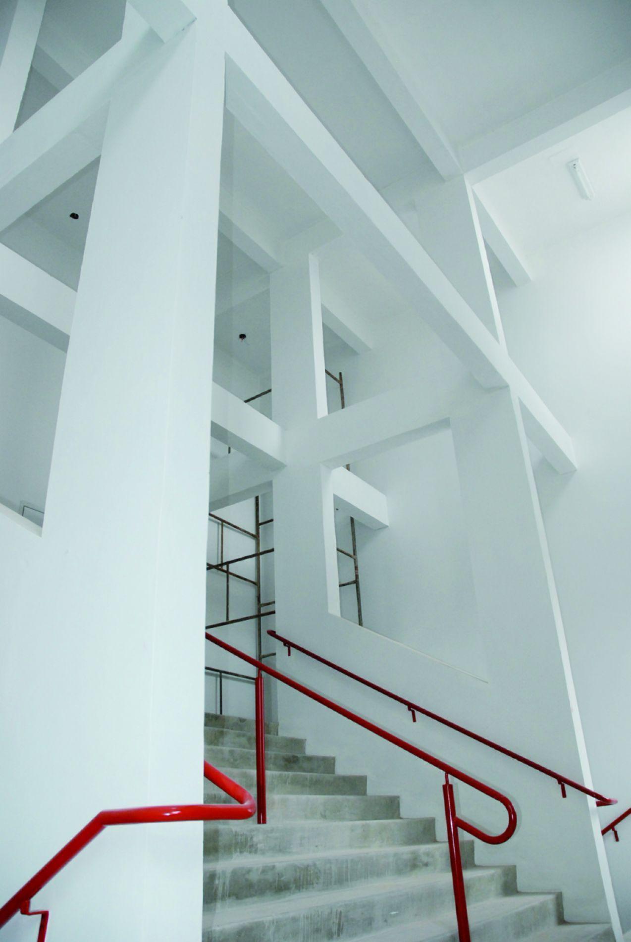 A estrutura das saídas de emergência tem fundações muito reforçadas.
