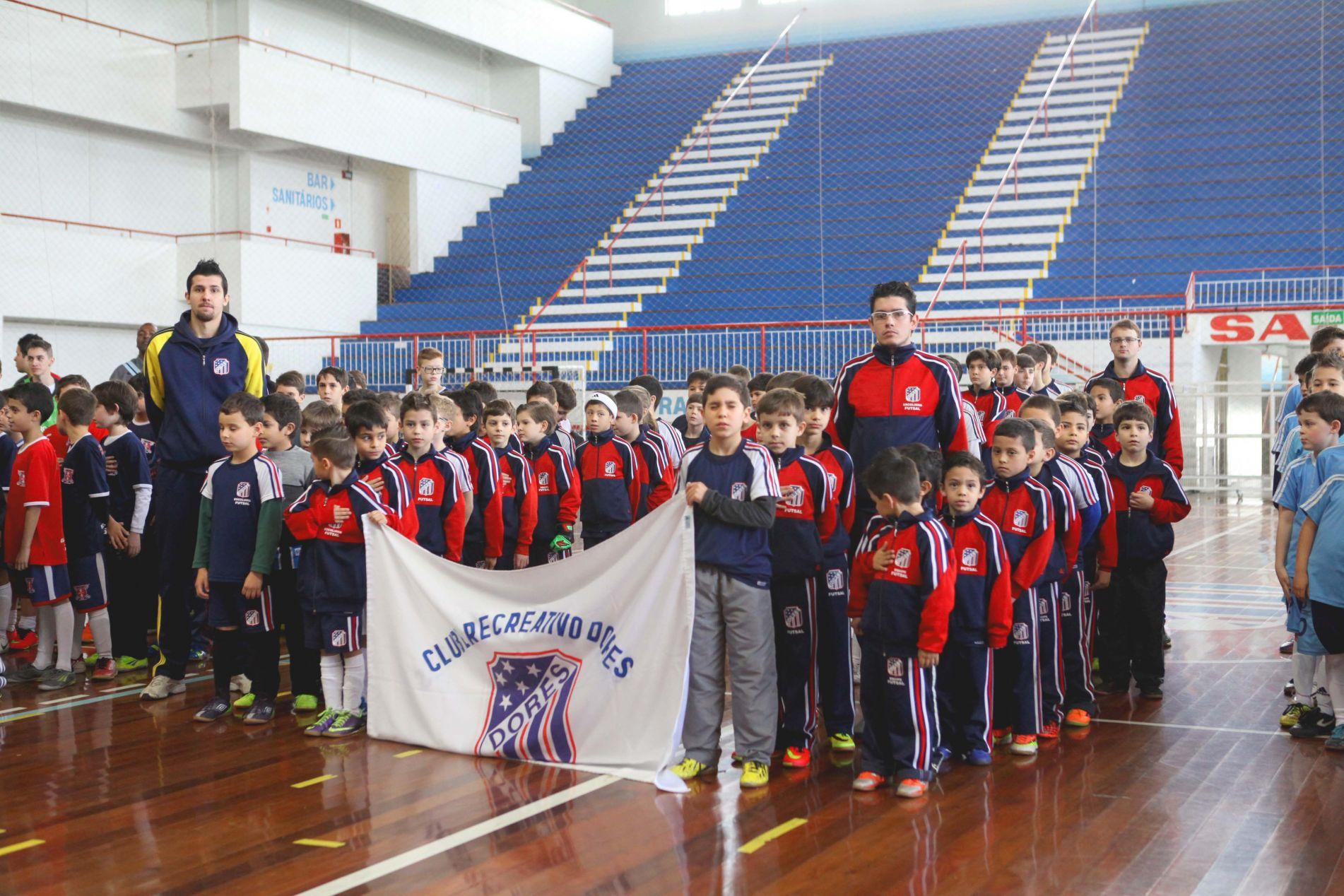 Atletas do Clube Recreativo Dores (ao centro)