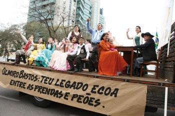 A saga dos tropeiros colore o desfile de 20 de setembro
