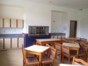 O interior de um dos salões, no qual é possível ver a churrasqueira rotatória, a pia e o espaço onde será instalado o fogão