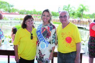 Etiele no Garota do Sol 2016, ao lado do casal vice-presidente Social, Cleber e Ana Ruviaro.