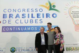 O casal presidente do Clube Dores, Ademir e Tereza Pozzobon, posa ao lado do atleta.