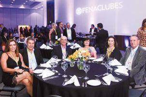 Da esquerda para a direita: Cleber e Ana Ruviaro, casal vice-presidente Social; Teresa e Ademir Pozzobon, casal presidente. |Divulgação|
