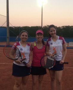 Ao centro, Juliana Appel, instrutora de tênis junto da campeã Caroline Bevilacqua e vice Mirian Quadros (esq. para direta)