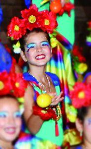 Mariana vestida de pequena Frida, no carnaval Arriba Dores, em fevereiro de 2016.