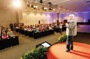 O advogado especialista em direito de clubes e consultor legal do Dores, V Piccino, realiza sua palestra. |Divulgação|
